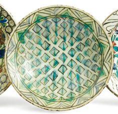 plat en céramique siliceuse à décor peint en bleu, vert et noir sur fond - Société de ventes aux enchères Paris Drouot - Auction House for fine art and antiques