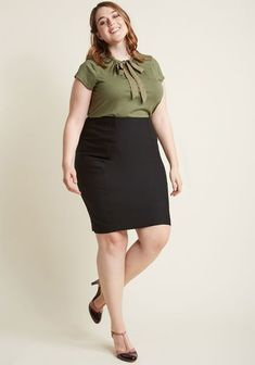 I'll Have the Usual Pencil Skirt Some things never change - like your favorite cocktail and the classic panache of this black pencil skirt! With a high-waisted, elasticized silhouette, this. Women Business Attire, Summer Business Outfits, Plus Size Business Attire, Business Suits, Business Formal, Business Fashion, Black Pencil Skirt Outfit, Pencil Skirt Outfits, Pencil Skirts