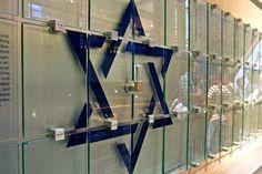 Gedenktafel für den ehemaligen jüdischen Friedhof, auf dem ein Parkhaus errichtet wurde, gesehen im Untergeschoss des Einkaufszentrums Mercado in Hamburg Altona/ Stadtteil Ottensen http://judentum-projekt.de/geschichte/nach45/fried/index.html