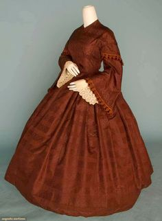 Circa one-piece chocolate brocade day dress, figured silk taffeta w/horizontal serpentine ribbon pattern, capped pagoda sleeves, scalloped brown silk and chenille sleeve trim, and original whitework embroidered under sleeves. Via Augusta Auctions. 1850s Fashion, Victorian Fashion, Victorian Era, Vintage Gowns, Vintage Outfits, Civil War Fashion, Civil War Dress, 19th Century Fashion, Antique Clothing