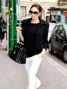 """Um casaquinho """"tipo"""" Chanel – ou melhor, um verdadeiro mesmo, é tudo no armário de uma mulher, né? Olha a coincidencia de Jennifer Garner e Victoria Beckham se produzirem quase que da mesma maneira, no mesmo dia: casaqueto + camiseta básica preta."""