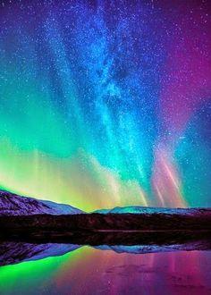 Hermosa aurora boreal en el cielo nórdico. Majestuosa tonalidad de colores con efecto tecnicolor, aunado al infinito de estrellas