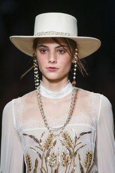 Il cappello da gaucho - ELLE.it d70df89ba9d8