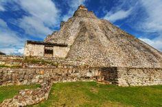 Uno de los sitios arqueológicos más sorprendentes de #Mexico es #Uxmal, una antigua ciudad maya en el estado de #Yucatan que causa asombro y deja perpleja a la ciencia moderna. Increíbles misterios en esta región del continente, con tantas historias y leyendas para contar. http://www.cancun-online.com/Yucatan/Hoteles/