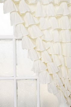 I would love to make some of these for my daughter's bedroom.  Sooo much fabric involved and a very sturdy curtain rod!