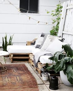 Extra seating position with DIY furniture at Garden - armchair, sofa or bench in pallet 75 Photos - TrendsForLadies Banquette Palette, Table Palette, Palette Furniture, Palette Diy, Diy Furniture Covers, White Furniture, Outdoor Furniture, Turquoise Cushions, Deco Marine