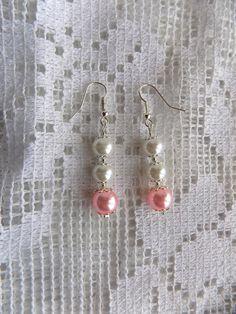 Boucles oreilles chics perles nacrées roses et blanches avec coupelles : Boucles d'oreille par mamiechantal-screations