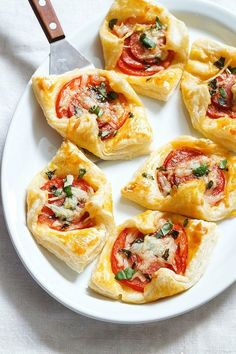 Brunch Recipes 85839 Maybe they're bite-sized, but these Pepperoni Basil Tomato Puffs come with BIG-sized flavors with almost zero effort. Plus, they make the perfect brunch if you consider that Mother's day is j… Quick Appetizers, Finger Food Appetizers, Easy Appetizer Recipes, Appetizers For Party, Brunch Recipes, Delicious Appetizers, Easy Recipes, Tomato Appetizers, Easy Finger Food