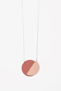 Magnetic shape necklace