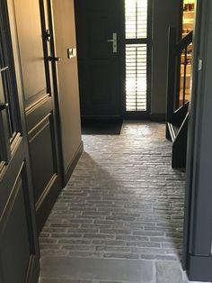Klinkers hal l donkere deuren Best Front Doors, Wood Front Doors, Future House, My House, Terrazo, Barn Renovation, Apartment Entryway, Brick Flooring, House Goals