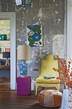 gris Casa de campo americana  En la sala de estar, dibujo de flores de Martin Bourne. Silla de Loopy Mango y cubo de madera fucsia con lámpara vintage, ambos de Rouge Interiors.  http://www.revistaad.es/decoracion/casas-ad/galerias/cura-de-relax/7297/image/586897
