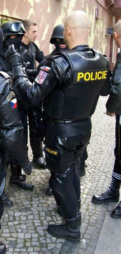 I wonder if this is a real police uniform or just someone playing dressup. Fuck that's hot. Leather Fashion, Leather Men, Leather Gloves, Gay Uniform, Bike Leathers, Muscle Tattoo, Hot Cops, Police Uniforms, Bald Men