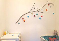 DIY : un mobile nature pour la chambre de bébéEt si décorer la chambre de bébé pouvait être un jeu d'enfant ?Profitez d'une promenade en forêt pour récupérer le matériel nécessaire à la réalisation de ce mobile nature : une branche. Tout simplement. Explications !