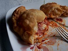 Panzerotti - The best way to eat a pizza is to stick the thing in a deep fryer and let the magic happen. Pizza Recipes, Baking Recipes, Vegetarian Recipes, Panzarotti Recipe, Best Italian Recipes, Favorite Recipes, Deep Fried Pizza, Sandwiches, Vintage Recipes