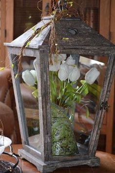 Spring decoration: tulips in a lantern :) Spring Decoration, Spring Home Decor, Porch Decorating, Decorating Tips, Rustic Decor, Farmhouse Decor, Seasonal Decor, Holiday Decor, Decoration Originale