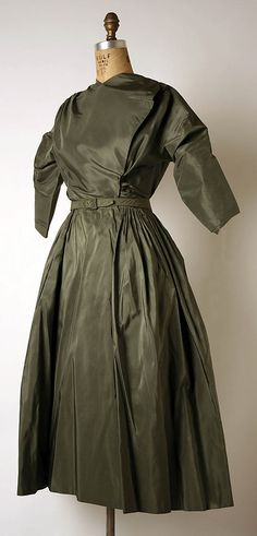 Afternoon dress Designer- Madame Grès (Alix Barton) (French, Paris Var region) Date- Culture- French / side Madame Gres, Fashion History, Fashion Art, Fashion Design, 1940s Fashion, Vintage Fashion, Theatre Costumes, 1940s Dresses, Historical Clothing