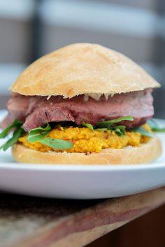 The Pumpking Burger mit Flanksteak und Kürbis-Hummus