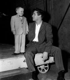 "Elvis Presley is pictured with a little fan on the set of his fourth movie, ""King Creole"" (Paramount) on Tuesday, February 4, 1958. See another photo: https://www.pinterest.de/pin/380906080976403021/"