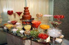 mesa de frutas e chocolate