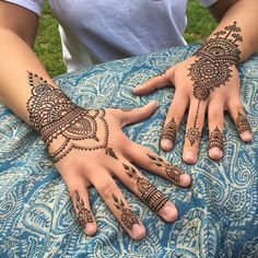 quickie fun henna hands on the right a riff on an old @heartfirehenna classic