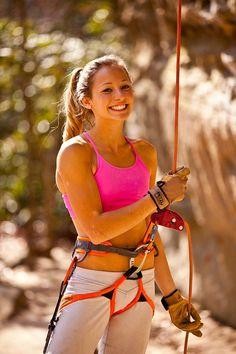 Sasha DiGiulian beylaying a friend rock climbing in the Red River Gorge Kentucky, USA. Parkour, Climbing Girl, Climbing Outfits, Rock Climbing Gear, Ice Climbing, Bloc Escalade, Red River Gorge Kentucky, Sport Fitness, Mountain Climbing