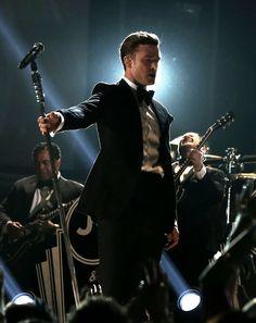 """Os meninos arrasaram no Grammy: salvo raras exceções, todos estavam impecáveis e comportadíssimos em seus trajes de gala. Justin Timberlake merece menção especial: apostando no preto-e-branco, fez um visual que lembrou bastante James Bond, e arrancou suspiros de todos na platéia com o single """"Suit and Tie"""". Palminhas para o Justin."""