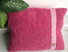 Kirlent 'Pembe Eko Yastık' Zet.com'da 68 TL Unique is this sweet handmade cushion! Made of recycled self twisted cotton yarn and square cotton cloth. Handmade by eldoku - an association of Turkish and foreign women supporting disadvantaged women in Turkey.