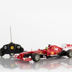 Traga a emoção da fórmula 1 para a sua sala de estar, com o carro telecomandado Ferrari F138, uma réplica à escala de 1:18 (aprox. 27,5 x 7 x 10 cm), com a qual vai ter horas de diversão em família. O telecomando permite mover o carro para a esquerda e direita, bem como para a frente e para trás (funciona a pilhas, 2 x AA, não incluídas). O carro funciona a pilhas (3 x AA, não incluídas). Idade recomendada: +6 anos.