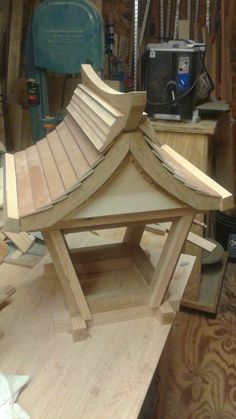 Wonderful Totally Free bird house and feeders Ideas You can find infinite designs of birdhouses out there right now, but pretty people are not searched in addition to deve Woodworking Logo, Woodworking Projects Diy, Diy Wood Projects, Wood Crafts, Woodworking Plans, Woodworking Magazine, Bird Tables, Wooden Bird Feeders, Bird Houses Diy