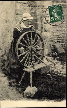 Postcard La Normandie, Vieille Fileuse au rouet, Alte Spinnerin, Spinnrad, Tracht postally used 1910