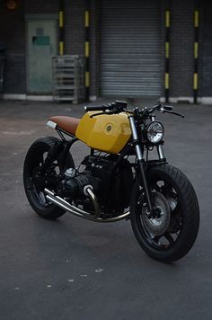 Beautiful, discover this bike > BMW R80 #BratStyle Type 10A by Auto Fabrica. Una #BMW impoluta y elegante. Descubre esta personalización hecha al detalle. Mira que guapa ha quedado la parte trasera | caferacerpasion.com