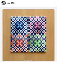 一块方板,一堆拼豆,随性拼出你想要的纹样,这样真的很减压,而且不会像对着图纸那么累,试试哦~#我爱拼豆#