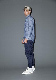 Comprar ropa de este look:  https://lookastic.es/moda-hombre/looks/camisa-de-manga-larga-azul-pantalon-chino-azul-marino-zapatillas-altas-blancas-gorra-de-beisbol-multicolor/779  — Gorra de Béisbol Multicolor  — Camisa de Manga Larga de Cambray Azul  — Pantalón Chino Azul Marino  — Zapatillas Altas Blancas