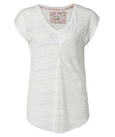 Federleicht und leicht transparent ist das T-Shirt Sabrina von Element. Genau die richtige Wahl an warmen Sommertagen. Kombiniert mit einer Jeans und Ballerinas ist der romantische Sommerlook perfekt.