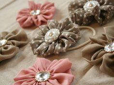 「サテン(シフォン)のお花ヘアゴム」シュシュを作ったあまりのサテン生地とキラキラのボタンを組み合わせて クシュクシュなお花モチーフの春らしいヘアゴムにしてみました。 *ブティック社刊『手作りのとっておき布こもの』掲載作品です* http://www.amazon.co.jp/gp/product/4834732134/ref=as_li_qf_sp_asin_tl?ie=UTF[材料]サテン生地(夏用はシフォン生地)/ボタン(裏に穴があるタイプ)/ヘアゴム(ボタンの穴に通る太さ)/フエルト/手芸用ボンド