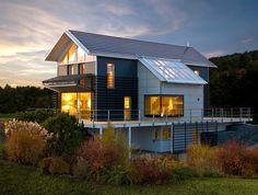 Diese Fertighaus-Villa von Baufritz ist ein echtes Highlight. Besonderer Clou sind ganz klar die faltbaren Holzlamellen, mit deren Hilfe man die Südseite des Hauses verdunkeln kann. Aber schaut selbst! ;)