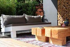 Een loungebank met dikke kussens in je achtertuin is hét recept om heerlijk te kunnen ontspannen.