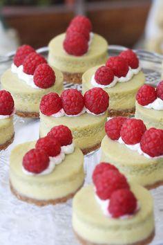 mini cheesecake al tè matcha con lamponi - Mini layer cheesecake with matcha tea and raspberries