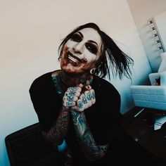 """1,042 Me gusta, 62 comentarios - Chris Motionless (@chrismotionless) en Instagram: """"Imma have my cake and eat you too... Necessary Evil music video is live on YouTube NOW! Photo by…"""""""
