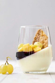 Τα καλύτερα γλυκά κρασιά (λευκά και κόκκινα) της Μεσογείου, οι κατηγορίες τους και με τι φαγητό θα τα συνοδεύσετε. Επιπλέον, μία συνταγή για ελαφριά πανακότα με γλυκό κρασί, χωρίς ζελατίνη.  #ελληνικά #μεσογειακά #γλυκά #κρασιά #επιδόρπιο #οίνος #πανακότα #κρέμα #φρούτα #κρασί Panna Cotta, Ethnic Recipes, Food, Dulce De Leche, Meal, Essen, Hoods, Meals, Eten
