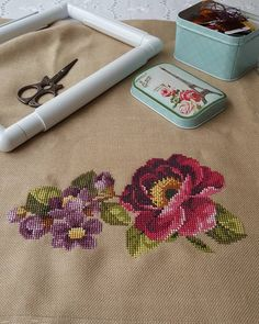 Bu köşe için az kaldı bitmesine 😊😊 Kumaşımı  ve kasnağı soranlara burdan toplu cevap yazıyorum.  Kumaşım çok eski panama keteni,… Cat Cross Stitches, Cross Stitching, Cross Stitch Embroidery, Hand Embroidery, Embroidery Designs, Xmas Cross Stitch, Cross Stitch Flowers, Cross Stitch Designs, Cross Stitch Patterns