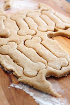 Cookie recipe for dogs (baking powder = yeast for cake) Dog Biscuit Recipes, Dog Food Recipes, Cookie Recipes, Frozen Dog Treats, Dog Biscuits, Homemade Dog Treats, Food Inspiration, Food And Drink, Favorite Recipes