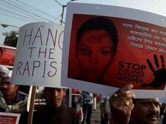 Indianos protestam contra morte de jovem queimada viva após estupros