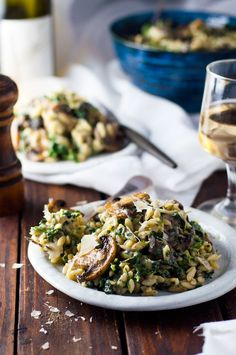 Creamy Mushroom and Spinach Orzo (Risoni) - all made in one pan, so creamy (but no cream! A fabulous meat free meal! Delicious and easy. Orzo Recipes, Veggie Recipes, Vegetarian Recipes, Healthy Recipes, Veggie Meals, Skillet Recipes, Mushroom Recipes, Delicious Recipes, Chicken Recipes