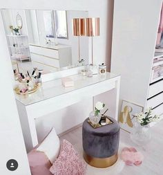 Small but sooooo! Soft velvet stool changes every room instantly … – Schlafzimmer ♡ Wohnklamotte – Home Decor Built In Dressing Table, Dressing Table Organisation, Dressing Room, Dressing Table Vanity, Dressing Tables, Home Design, Interior Design, Design Ideas, Design Design