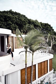 White Rooftop Patio Exterior with Palm Trees Beautiful Homes, Beautiful Places, Book A Hotel Room, Decoration Inspiration, Decor Ideas, Photo Diary, Resort Spa, My Dream Home, Architecture Design
