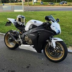 information and pictures for motorcycles Best Motorbike, Motorcycle Bike, Motorcycle Quotes, Sliders, Honda Sport Bikes, Honda Fireblade, Ducati Motorcycles, Yamaha R1, Custom Sport Bikes
