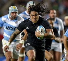 New Zealand's Ma'a Nonu powers away from Juan Manuel Leguizamon Rugby League, Rugby Players, How To Play Netball, Rugby School, Watch Rugby, Rugby Games, Rugby Sport, All Blacks Rugby, Argentina