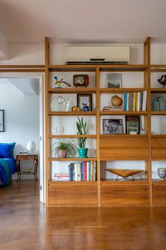 Modern Bookcase, Bookshelves Built In, Built Ins, Bookcases, Living Room Bookcase, Living Room Tv Unit, Home Library Design, House Design, Interior Design Inspiration