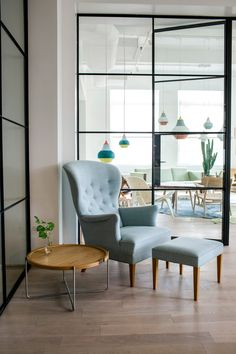 Take a tour through the new Carl Hansen NYC Showroom in the Flatiron district of Manhattan. The Carl Hansen NYC Showroom is full of classic furniture. Hans Wegner, Home Interior Design, Interior Architecture, New York Loft, New York Pictures, Lounge Chair, Showroom Design, Danish Furniture, Retail Interior